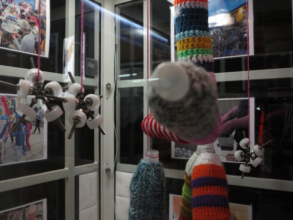 WOLL-KUGEL - Ein Strickprojekt der Woll-Lust Gruppe Radstadt, bestehend aus 270 eingestrickten Flaschenelementen