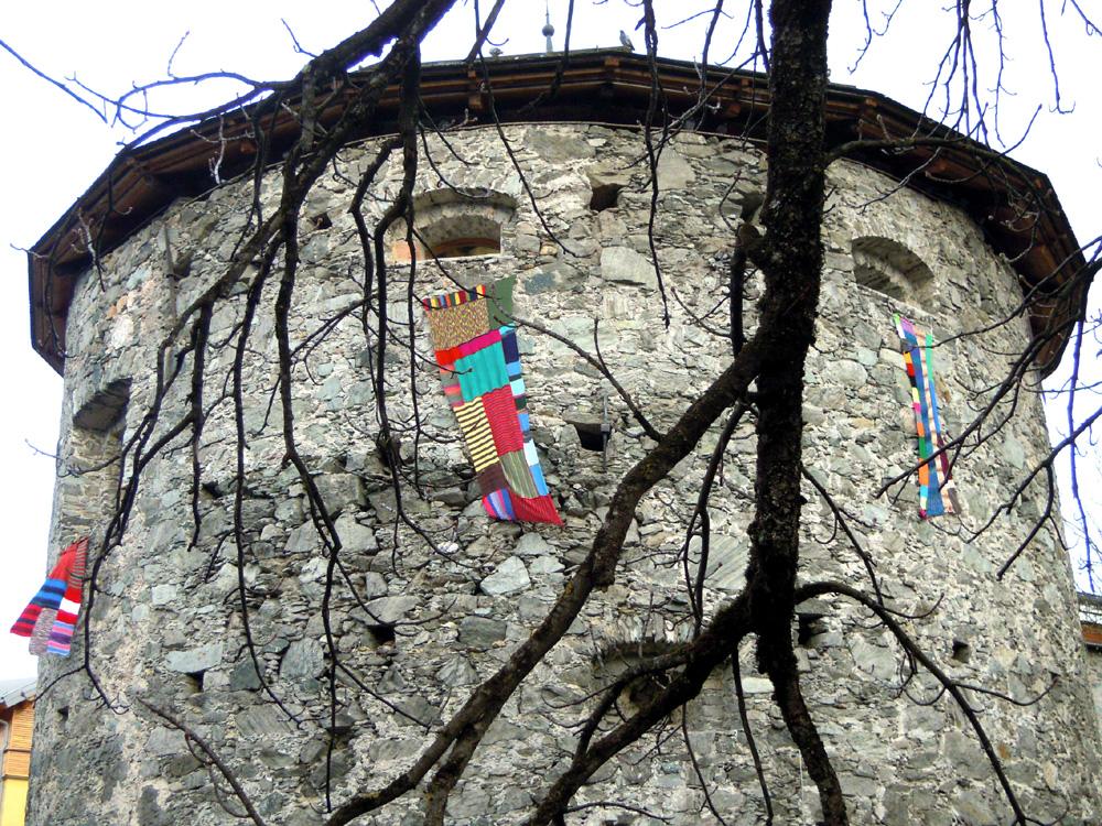 Strickfahnen am Teichturm, April 2012