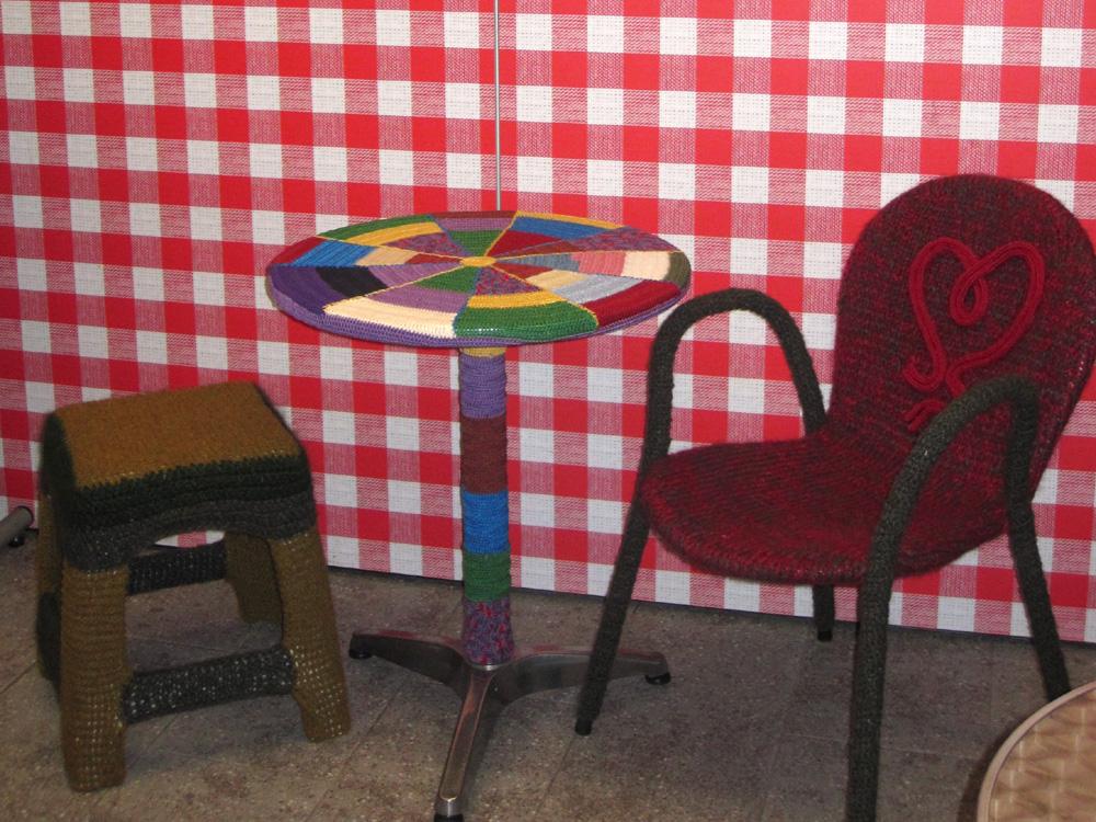 Eingestrickte Möbel der Woll-Lust Gruppe, März 2011