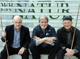 Bodo Hell; Peter Gruber; Toni Burger; Gruppenfotos vor der Alber