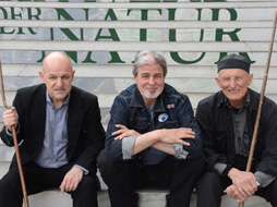 Bodo Hell; Peter Gruber; Toni Burger; Gruppenfotos vor der Albertina
